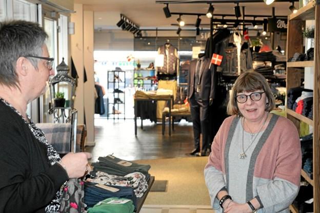 Helle Juul Christensen (tv) er også en del af den nye butik. Hun har en afdeling med beklædning til kvinder. Foto: Flemming Dahl Jensen Flemming Dahl Jensen