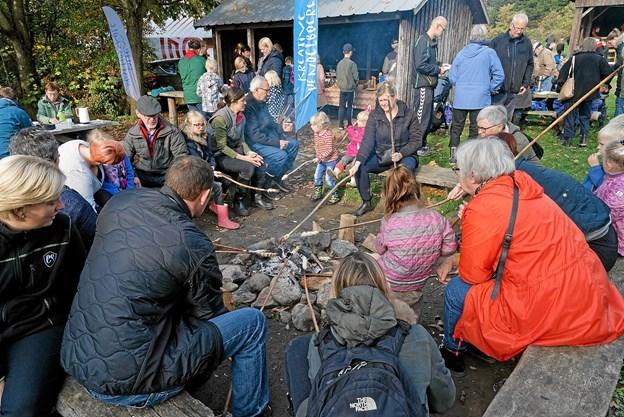 Der var stor aktivitet ved hytterne. KFUM spejderne fra Mosbjerg lavede dej til snobrød, og det var populært. Foto: Niels Helver