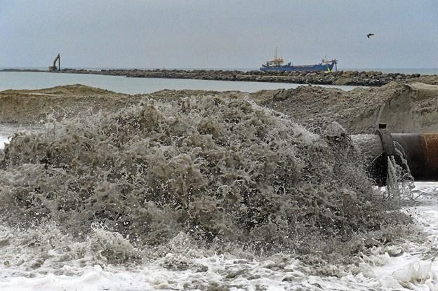 Der pumpes nu døgnet rundt sand i det nye baglandareal i Hanstholms kommende baglandsreal i det nye havnebassin. I baggrunden ses sandsugeren Idun R. Foto: Ole Iversen