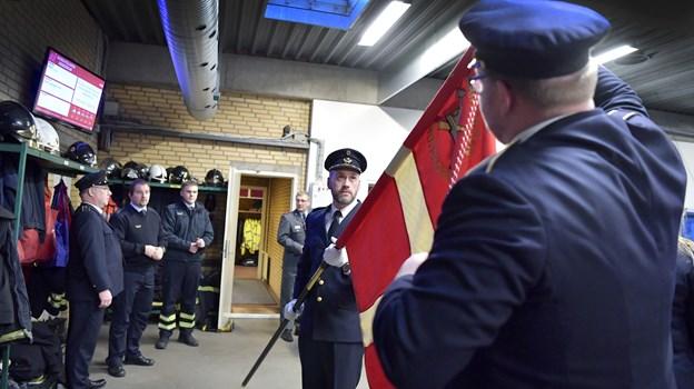 Brian Henriksen og Lars Degn gør fanen klar. Foto: Bente Poder