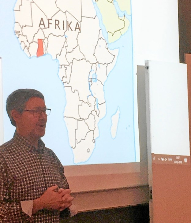 Uddeler Jan Poulsen bød velkommen med Ghana som baggrund. Foto: Privatfoto