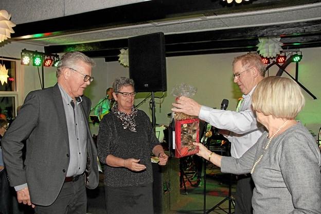 Det blev Laila og Thorvald Jørgensen til venstre der vandt ambassadørkonkurrencen og får her præmien overrakt. Foto: Hans B. Henriksen Hans B. Henriksen