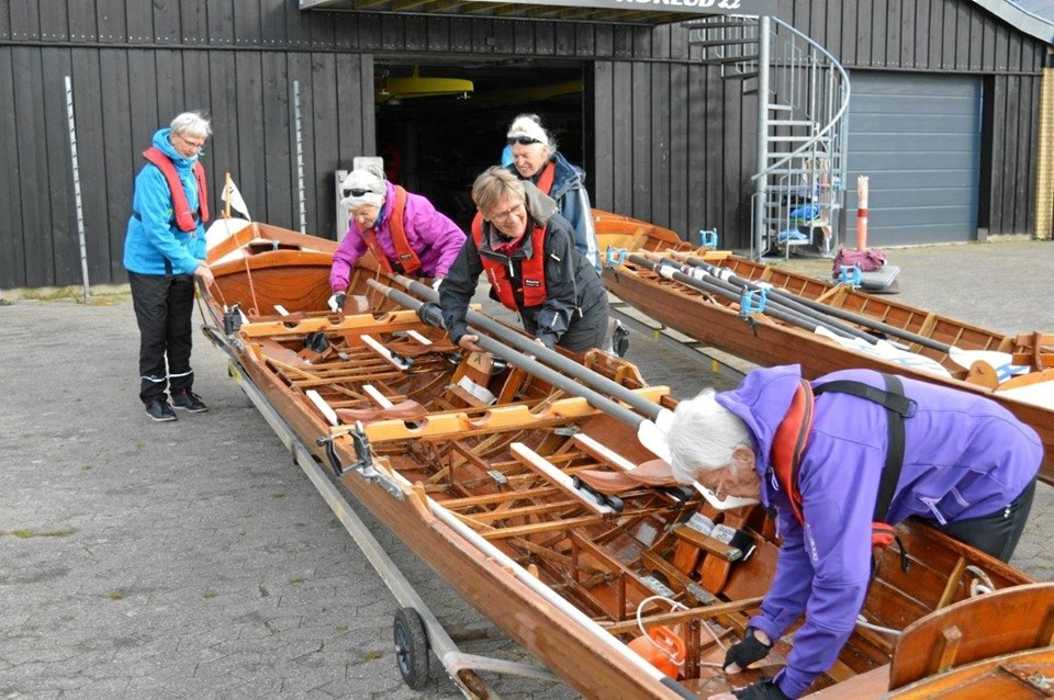 """Her er P-roerne i gang med at """"montere"""" båden inden den sættes i vandet. Foto: hhr-freelance.dk"""