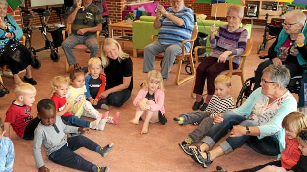Børnene hygger sig med beboerne på Birkelse Plejecenter. Flemming Dahl Jensen
