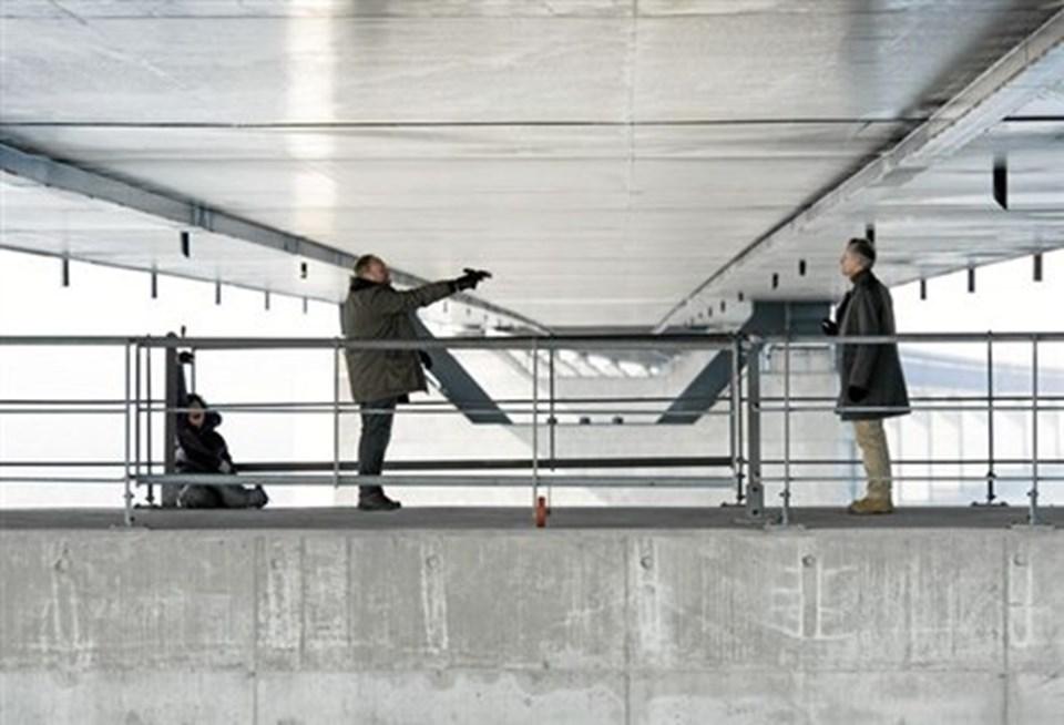 Det endelige opgør under Broen. Alle, der har set afsnittet i aftes, ved at pistolen i den grad var ladt - så det er en fjollet fejl i still-fotoet her, når Martins skydevåben her tydeligvis er tomt. Slæden og bundstykket i bageste stilling, piben bl