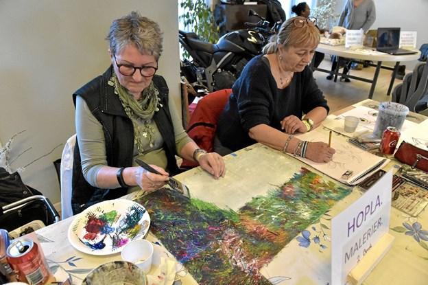 Karin Haagaard (tv) og Gunn Jensen viste at man også kan lære maleri i BooA. Foto: Ole Iversen Ole Iversen