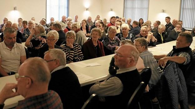 Omkring 100 tilhørere havde fundet vej til arrangementet i forsamlingshuset. Foto: Allan Mortensen