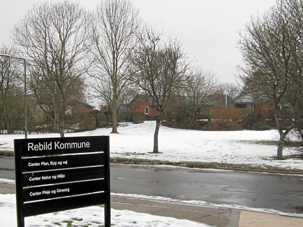 De nye parkeringspladser etableres på det i dag grønne areal skråt over for den nye kommunale administrationsbygning i Jernbanegade 9 i Nørager. Privatfoto