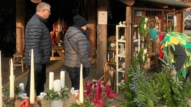 Mange fik købt både dekorationer, adventskrans og juletræ på Nisseborgen. ?Foto: Kenneth Jørgensen og Kasper Mølbæk