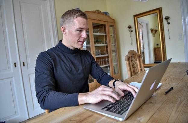 Computeren bliver et vigtigt værktøj, når bureauet Rejselyst skal drives fra forskellige byer og lande det næste halvt år. Foto: Kurt Bering Kurt Bering