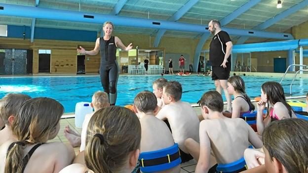 Lærerne Joan Moselund Thomas Sørensen underviste alle skoledistriktets 5. klasser i badesikkerhed. Foto: Privatfoto Privatfoto