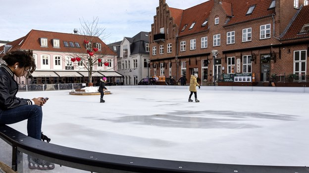 Der er fløjtet til frokostpause, og det er ensbetydende med ekstra god plads på isen på den kommunale skøjtebane på C. W. Obels Plads i Aalborgs midtby. Foto: Laura Guldhammer