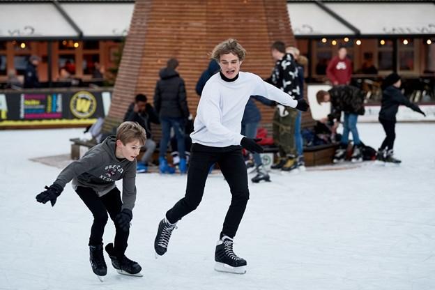 Skøjteløb har altid appelleret til hyggeligt og muntert samvær foruden måske også lidt konkurrencementalitet, når det drejer sig om færdighederne på isen. Arkivfoto