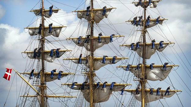 Gasterne på skoleskibet Georg Stage kravler ihærdigt rundt i op til 30 meters højde og ligner bittesmå myrer på masterne, når der skal sættes sejl. Arkivfoto: Henrik Bo