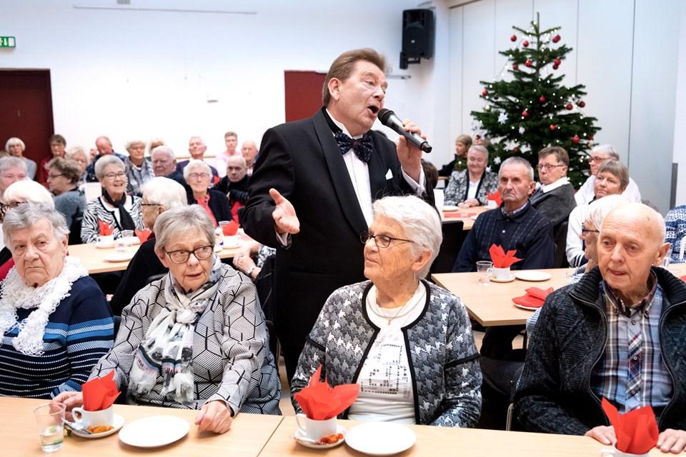 Der var dækket op til jul i Biecentret - og snydt for en stribe julesange fra Gustav Wincklers sangkatalog blev publikum ikke. Torben Hansen