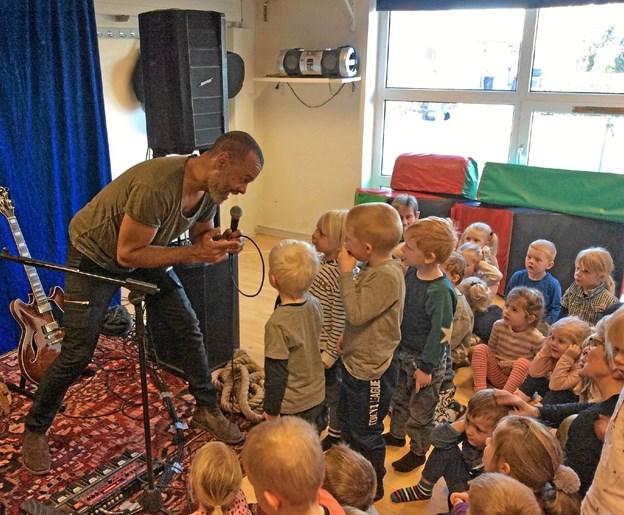 Skuespilleren Søren Brynjolf leverede et forrygende show, da han besøgte Børnehuset Himmelblå.Privatfoto