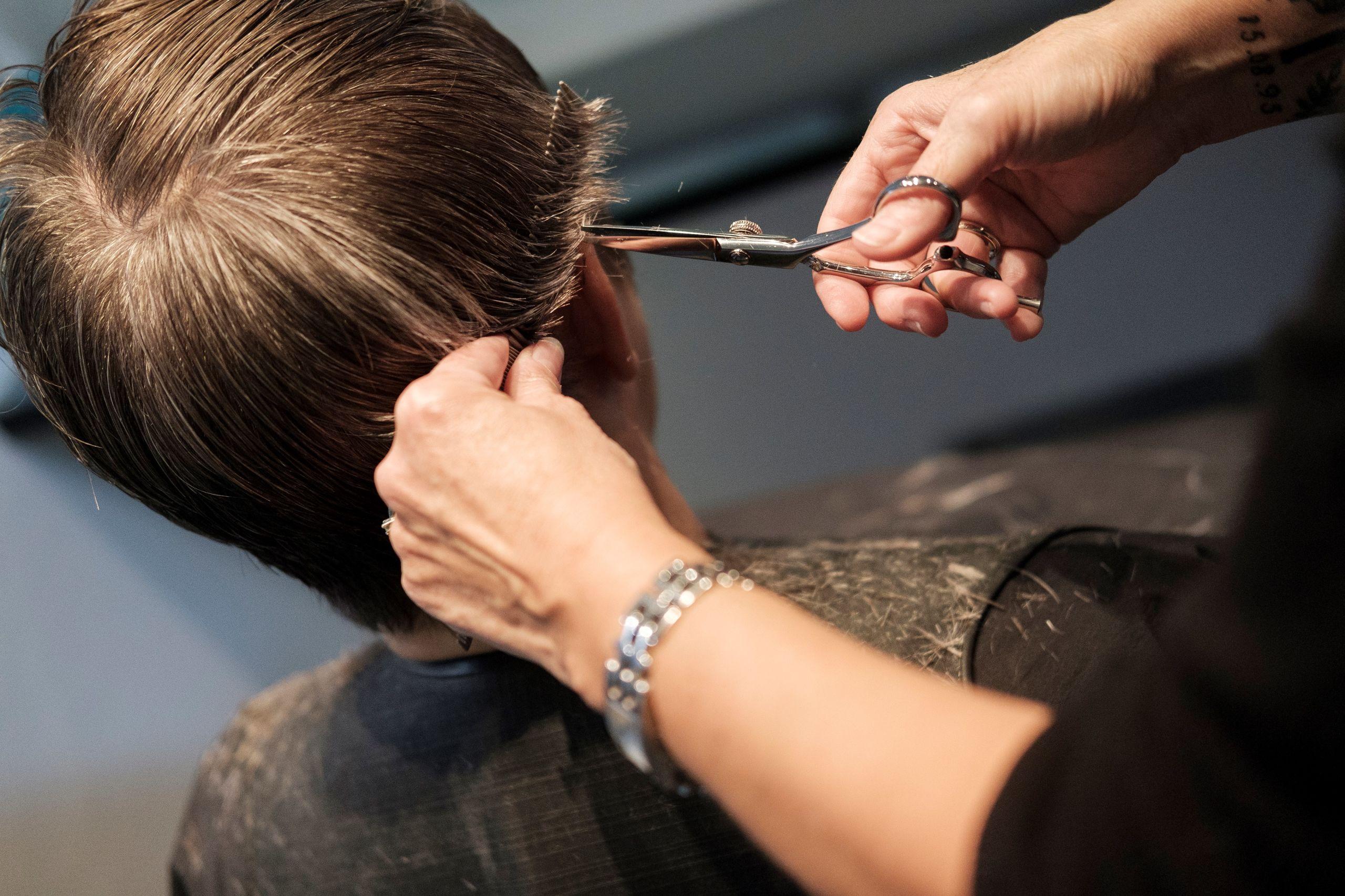 Der arbejder i alt fem frisører i salonen.