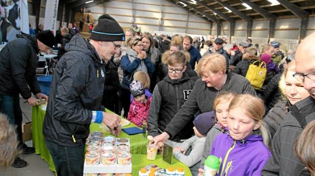 Arla havde travlt med uddeling af gratis smagsprøver til de mange besøgende. Foto: Flemming Dahl Jensen Flemming Dahl Jensen