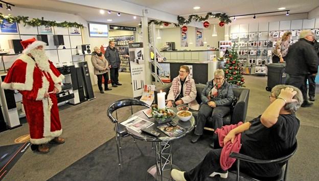 Udtrækningen foregik hos Dronninglund TV-Center, hvor der blev julehygget med gløgg og æbleskiver. Foto: Jørgen Ingvardsen Jørgen Ingvardsen