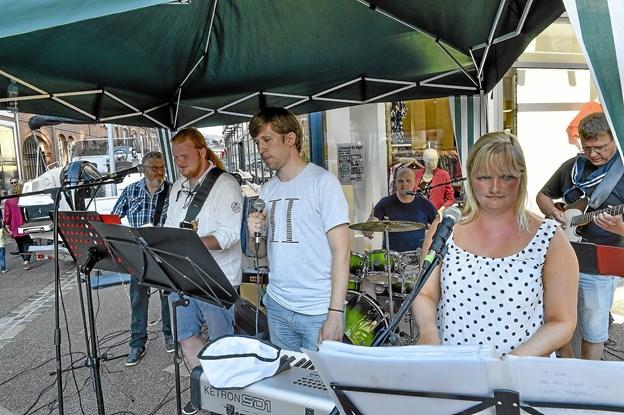 """PÅ torvet i Vestergade var der live musik med rockorkesteret """"Lumber City Jam"""", der som navnet antyder kommere fra Tømmerby-området. Foto: Ole Iversen"""