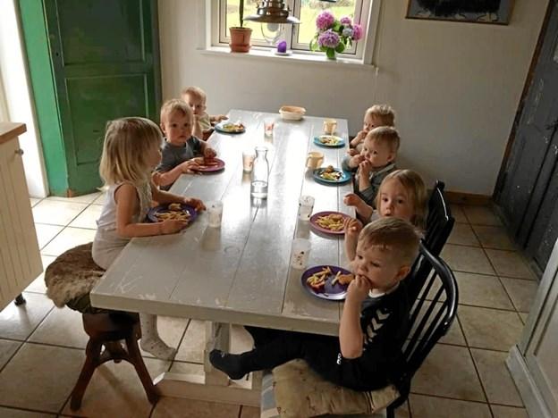 Middagsmaden var i dagens anledning pommes frites med nuggets, samt fastelavnsboller til dessert. Privatfoto