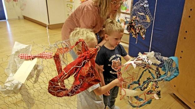 Børnene har arbejdet med mange forskellige materialer, Her er det skulpturer lavet af bl.a. hønsenet. Foto: Jørgen Ingvardsen Jørgen Ingvardsen