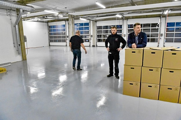 Klar til at modtage grejet der begynder at ankomme. Til højre beredskabschef Lars Bjørndal og brandstationsleder Henrik Gade Jespersen. Ole Iversen