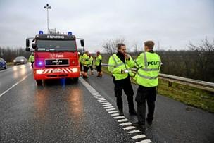 Landevej spærret i en halv time: Mand sad fastklemt efter uheld