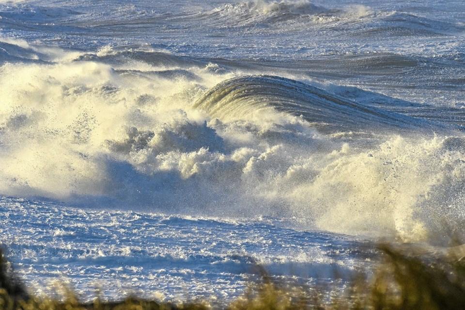 Høj vandstand sendte store bølger langt op på stranden, som her syd for Hanstholm havn.Foto: Ole Iversen Ole Iversen