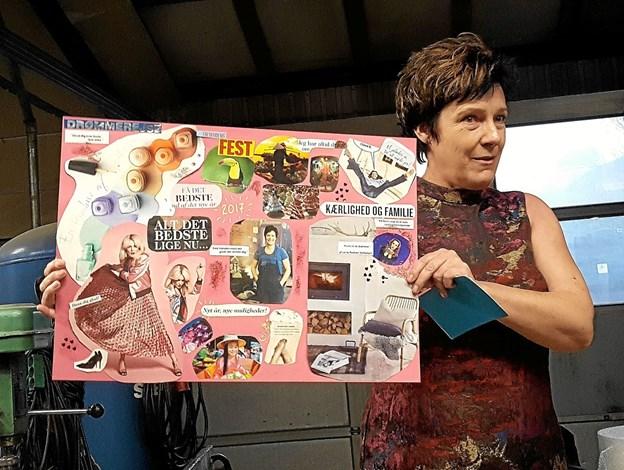 Lene Purkær Stefansen med plakaten der genstartede hendes bogprojekt. Lyserød og høje hæle er ikke kendetegnende for forfatteren. Foto: Karl Erik Hansen