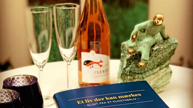 """Bogen """"Et liv der kan mærkes - Glimt fra et kunstnerliv"""" blev præsenteret på en velbesøgt reception. Foto: Karl Erik Hansen Karl Erik Hansen"""