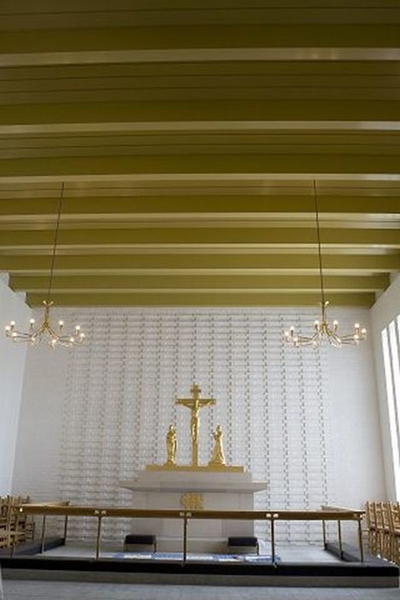 Loftet i koret har fået ny farve og nye lyskroner.