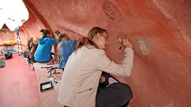 Børnene har også være ombord på et af skibene i projekt Lifeboats og tegnet selvportrætter på skibsvæggene. Foto: Jørgen Ingvardsen Jørgen Ingvardsen