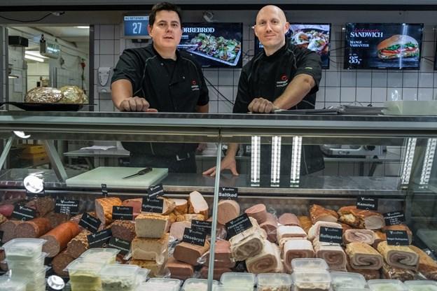 Casper Paulsen, ejer (tv) og fungerende slagtermester Jesper Vase, der er mesterslagter og skal står for butikken i Nørresundby.