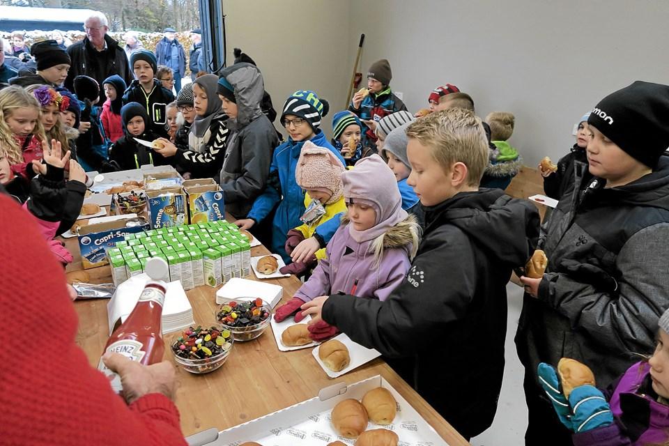 Efter indvielsen var der pølsehorn, slik, juice og frugt til alle. Foto: Niels Helver