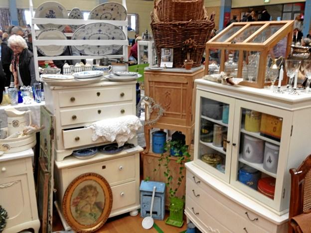 I alt 32 udstillere fra Jylland og Fyn vil i Øster Hurup være repræsenteret med møbler, glas, porcelæn, smykker, spændende småting, malerier, tidens trend og meget mere. Privatfoto