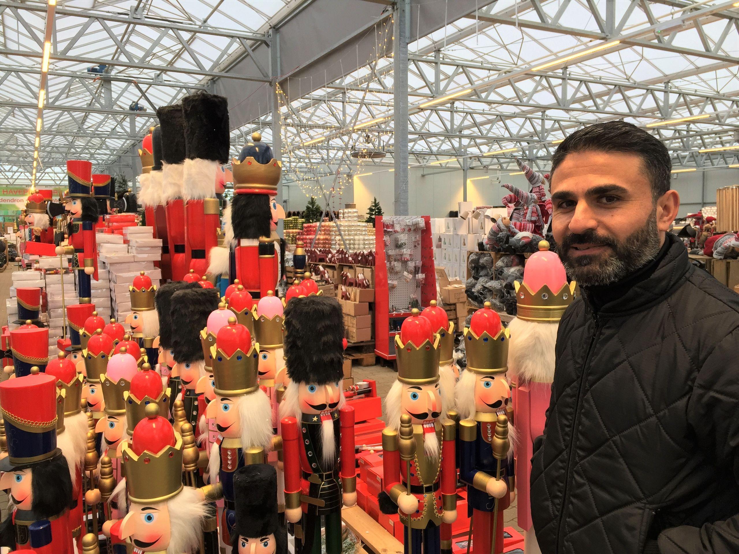 Fethi Polat glæder sig over, at kunderne i Aalborg har taget godt imod den nye butik. Foto: BilligBlomst