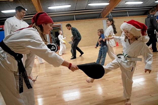 Julenisser var der en del til stede af ved afslutningen i taekwondoklubben. Her er det Andrea Skov Sørensen 8 år. ?Foto: Anne Mette Welling