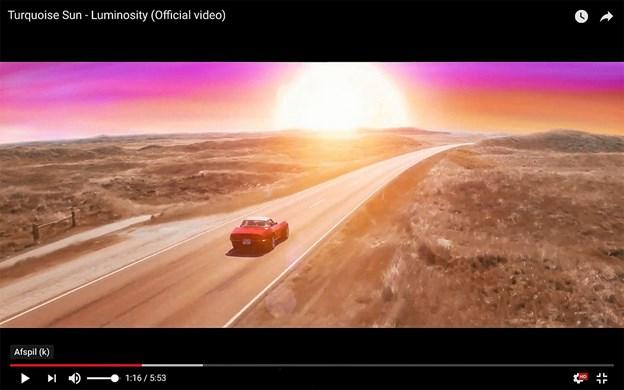 Den røde Corvette på kystvejen mellem Klitmøller og Hanstholm. Screendump fra videoen Luminosity af Turqouise Sun.