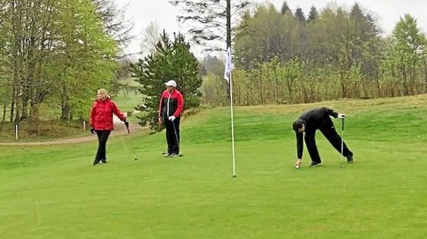 Klubturnering i Sindal Golf Klub blev en våd omgang, som blev taget med godt humør.    Privatfoto