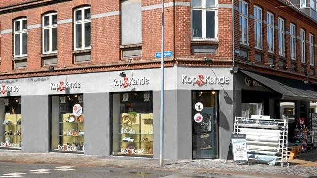 Butikken ligger på hjørnet af Vestergade og Adelgade i Hobro. Jesper Bøss