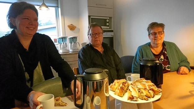 Hygge er en vigtig ingrediens på Skovvej 5 i Nykøbing, hvor Vinni Hvidbjerg (til venstre), der er ansat i flexjob, ofte sørger for hjemmebagt til kaffen.  Det nyder blandt andre Knud Bülov og SIND-Husets leder, Betina Pedersen.