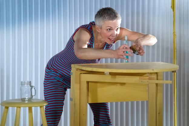 Det er ikke nemt at børste tænder, når tandbørsten er uregerlig. Skuespiller Sofie Pallesen som eneste aktør i den ordløse børneforestilling Juhu! Det er regnvejr.   Foto: Bente Poder