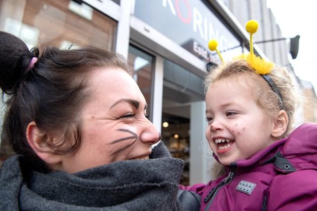 Camilla Thomsen og datter Emelie på tre var begge klædt ud i dagens anledning.Foto: Henrik Louis HENRIK LOUIS
