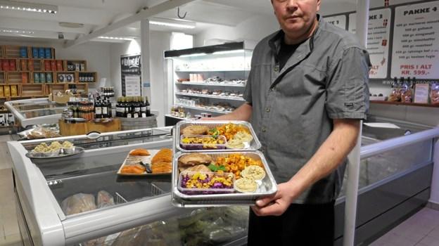 Lars Schou Andersen står med en lækker, farverig menu, der består af and, grønsager, kartoffelmos, rødkålssalat og championsovs. Foto: hhr-freelance.dk