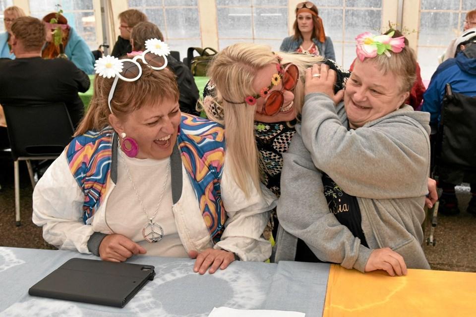 En af gæsterne fortæller vittigheder til Tina Jensen og Susanne Lykkegaard. Foto: Niels Helver