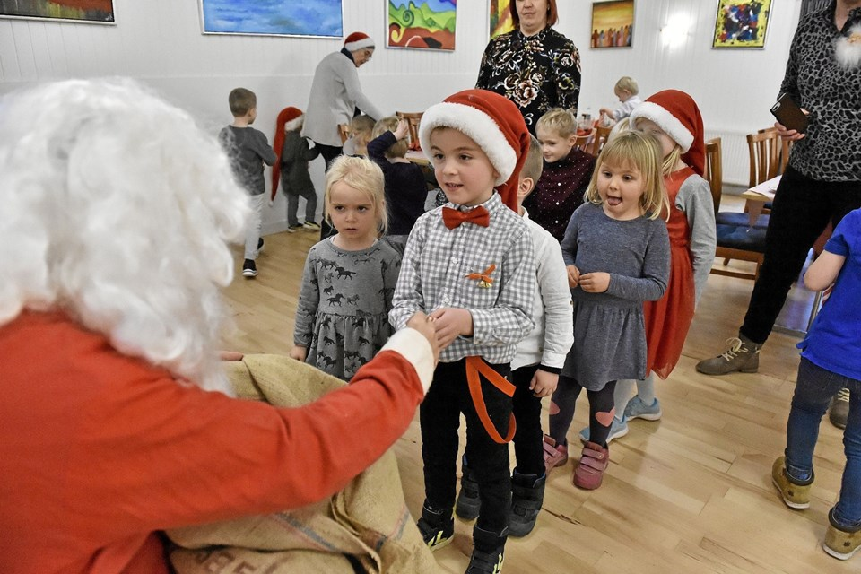 En slikpose fra julemanden rundede en hyggelig dag af for Krones Mark Børnehaves julefrokost. Foto: Ole Iversen Ole Iversen