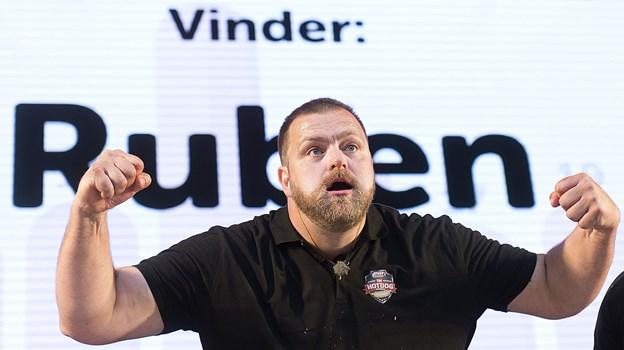 Ruben Lemcke-Mikkelsen fra Gistrup er hele landets hotdogkonge. Han har - indtil videre - vundet præmiechecken ved DM i Hotdog seks gange. Arkivfoto: Torben Hansen