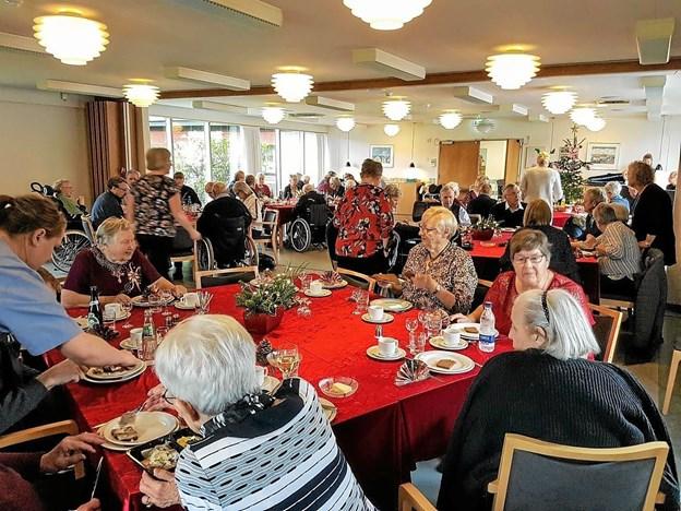 Der blev snakket og hygget under julemiddagen. Foto: Karl Erik Hansen