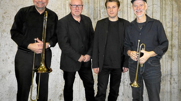 De fire velspillende musikere fra NOA Leans Jazzband underholder i Strandby Kirkecenter. Privatfoto